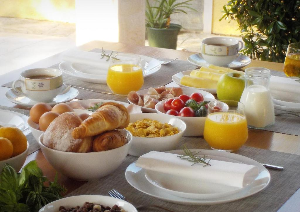 Breakfast options available to guests at Villa Laguna