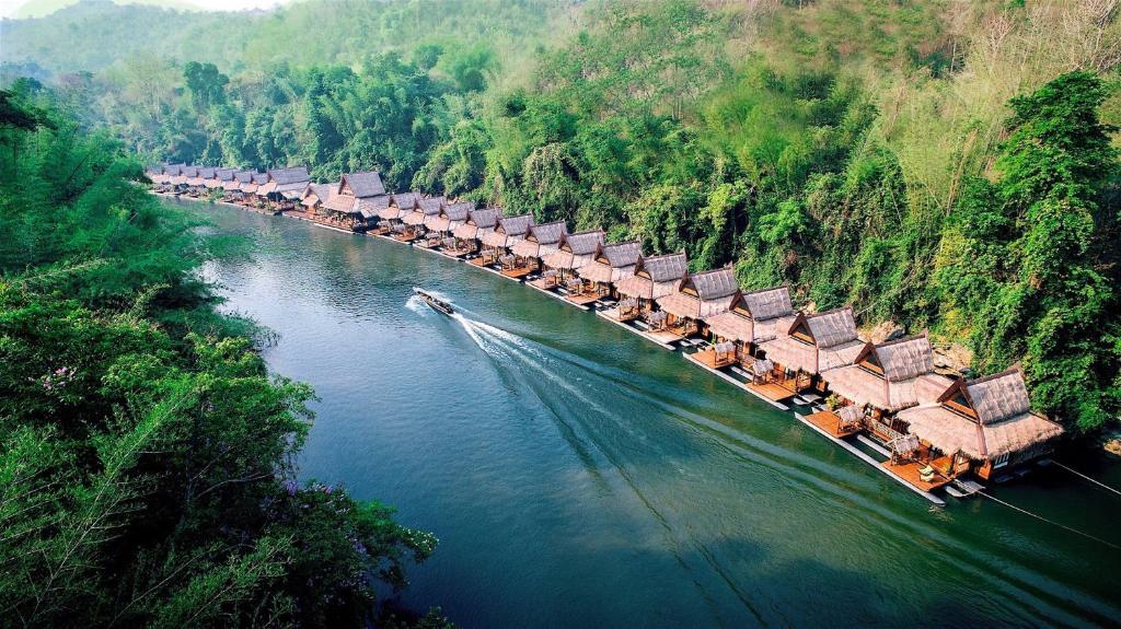 Een luchtfoto van The Float House River Kwai