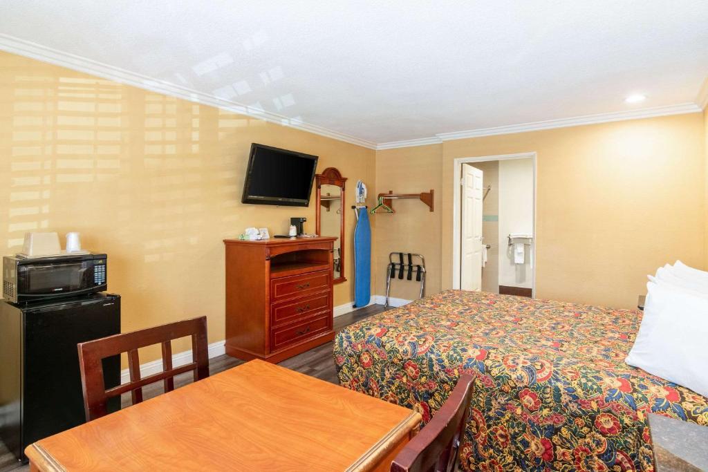 A room at the Rodeway Inn Artesia.