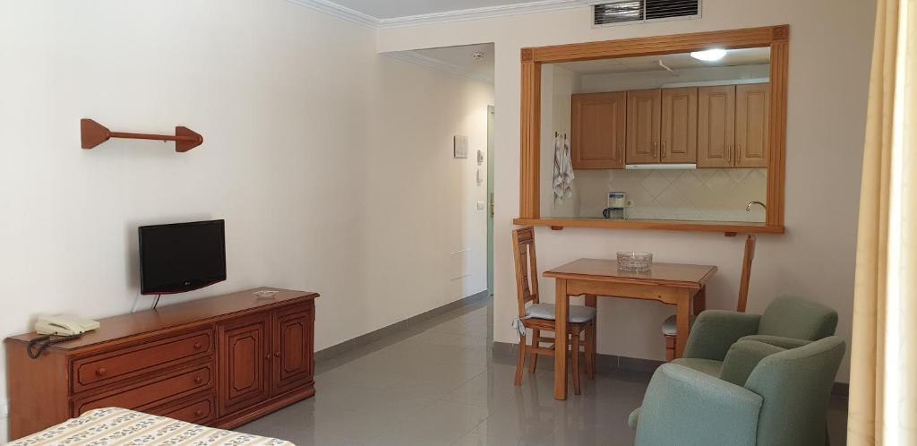 En tv och/eller ett underhållningssystem på Apartamentos Nerja Bahia