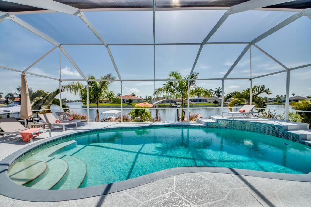 Der Swimmingpool an oder in der Nähe von Villa Eyleen