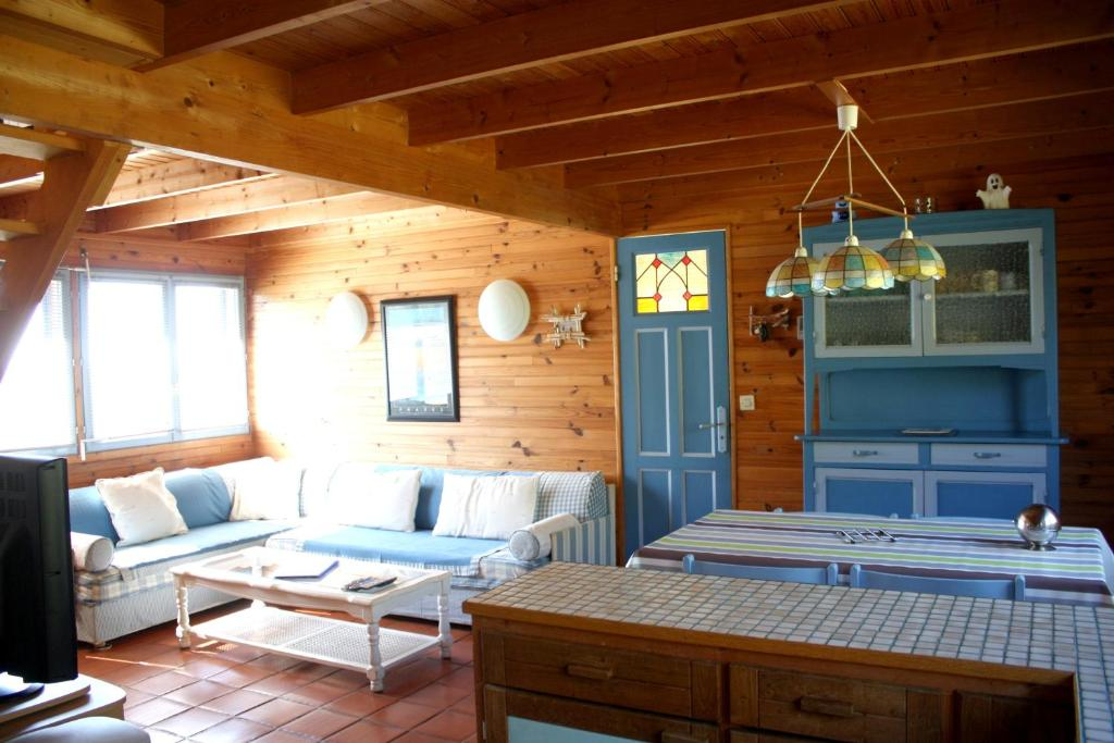 A seating area at House with 3 bedrooms in Crozon, with furnished garden - 800 m from the beach
