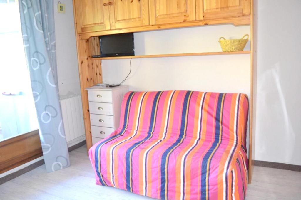 Studio in Allos with wonderful mountain view and furnished balcony 100 m from the slopes