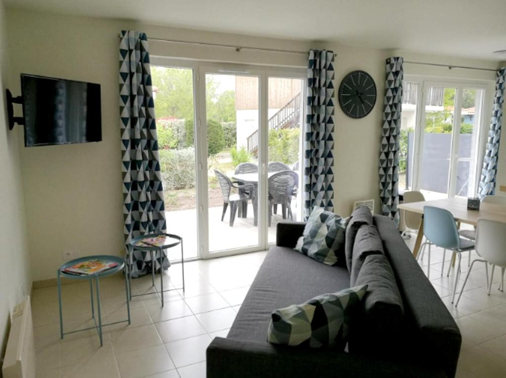 A seating area at House with 3 bedrooms in ParentisenBorn with shared pool and furnished garden 20 km from the beach