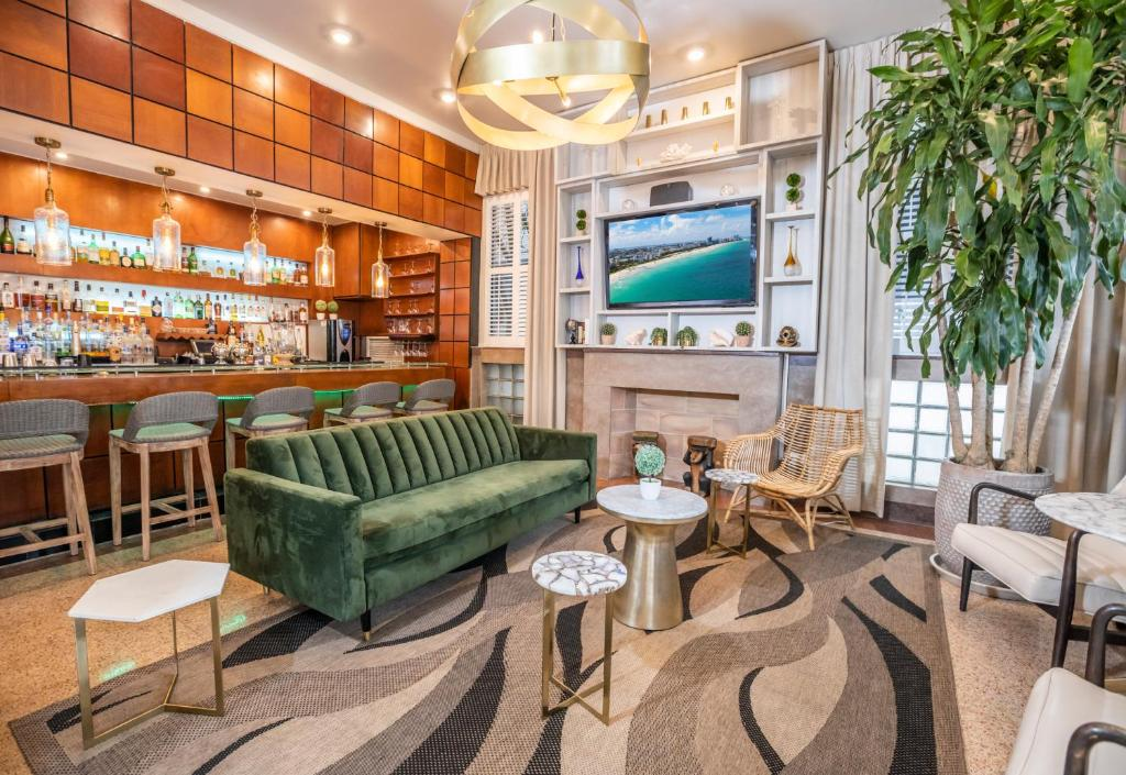 Salone o bar di Chesterfield Hotel & Suites