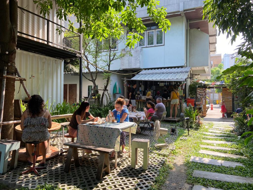 A restaurant or other place to eat at The Yard Hostel