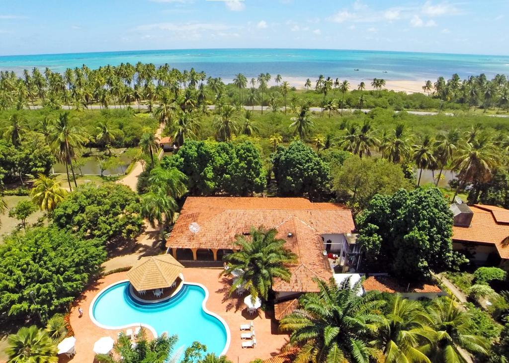 A view of the pool at Pousada Paraiso dos Coqueirais or nearby