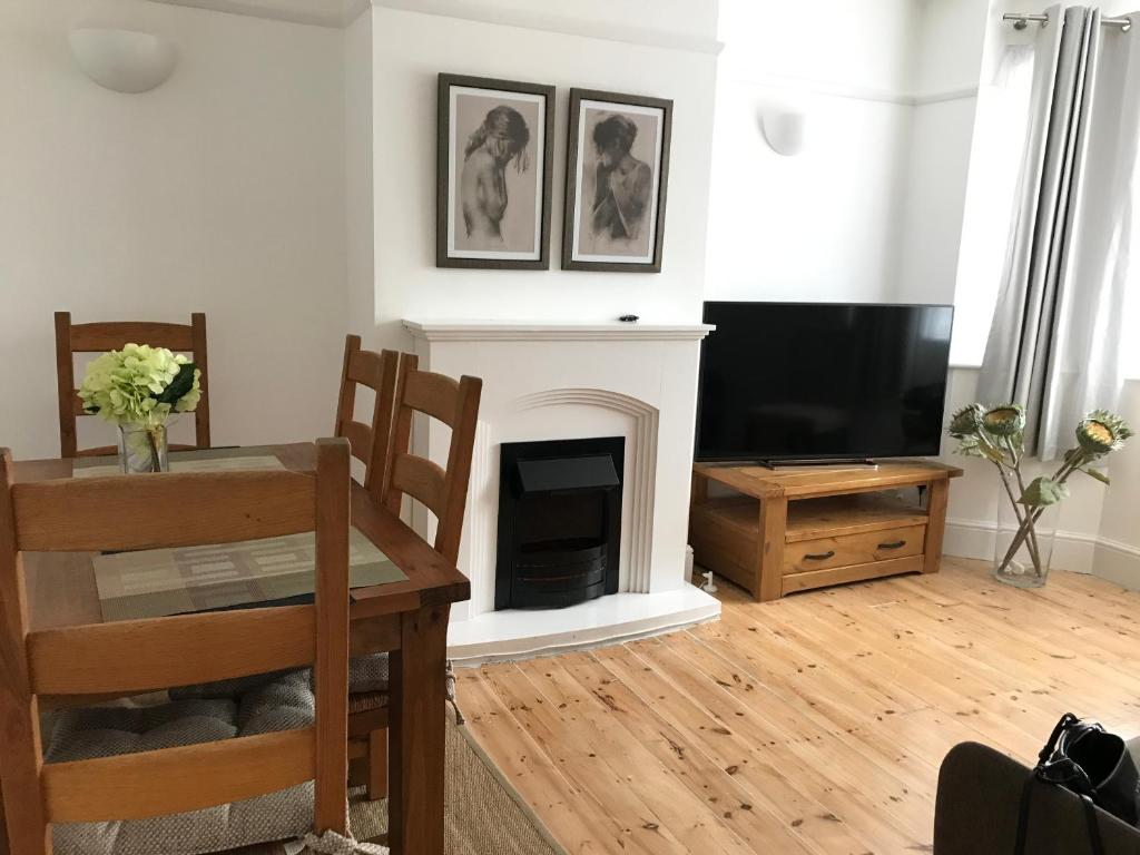 A television and/or entertainment centre at Central cosy 2 bedroom apartment