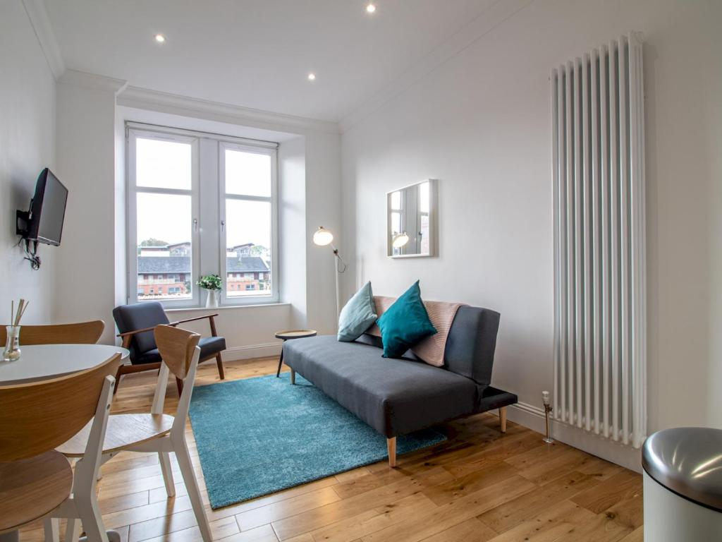 A seating area at Modern 1BR Apartment in Heart of West End
