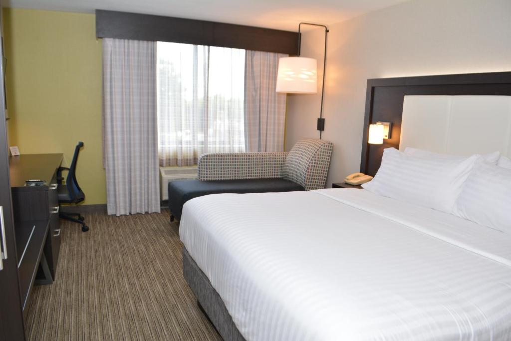 A bed or beds in a room at Holiday Inn Express & Suites Waterville - North, an IHG hotel