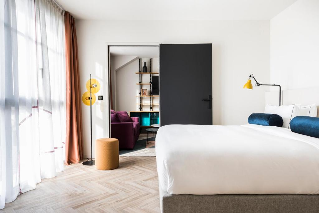 A bed or beds in a room at Le Grand Quartier