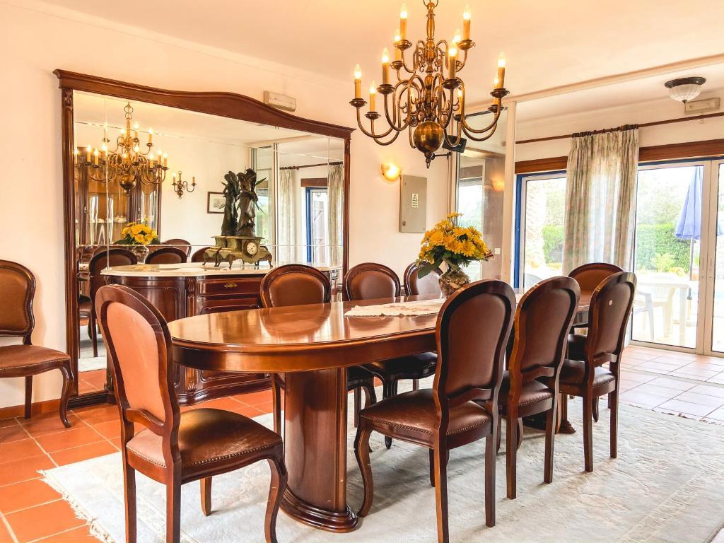 Um restaurante ou outro lugar para comer em Quinta das Oliveiras