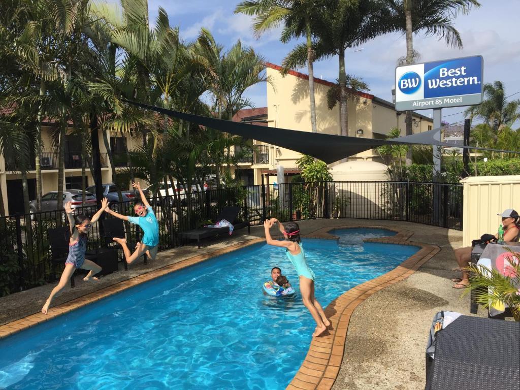 สระว่ายน้ำที่อยู่ใกล้ ๆ หรือใน Best Western Airport 85 Motel
