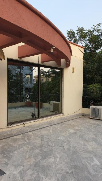 Featured image of post House Front Shade Design In Pakistan Front view of a modish house designed with classy double toned wooden tiles and sardinia marble finishes