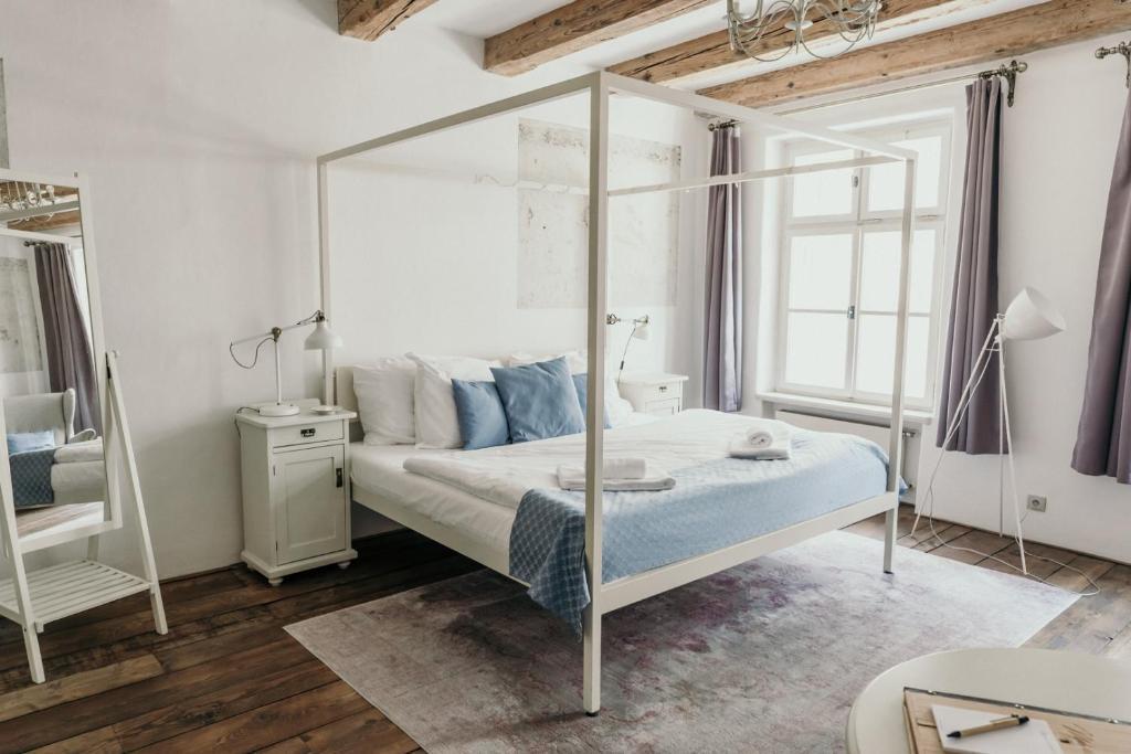 Łóżko lub łóżka w pokoju w obiekcie Miss Sophie's Olomouc