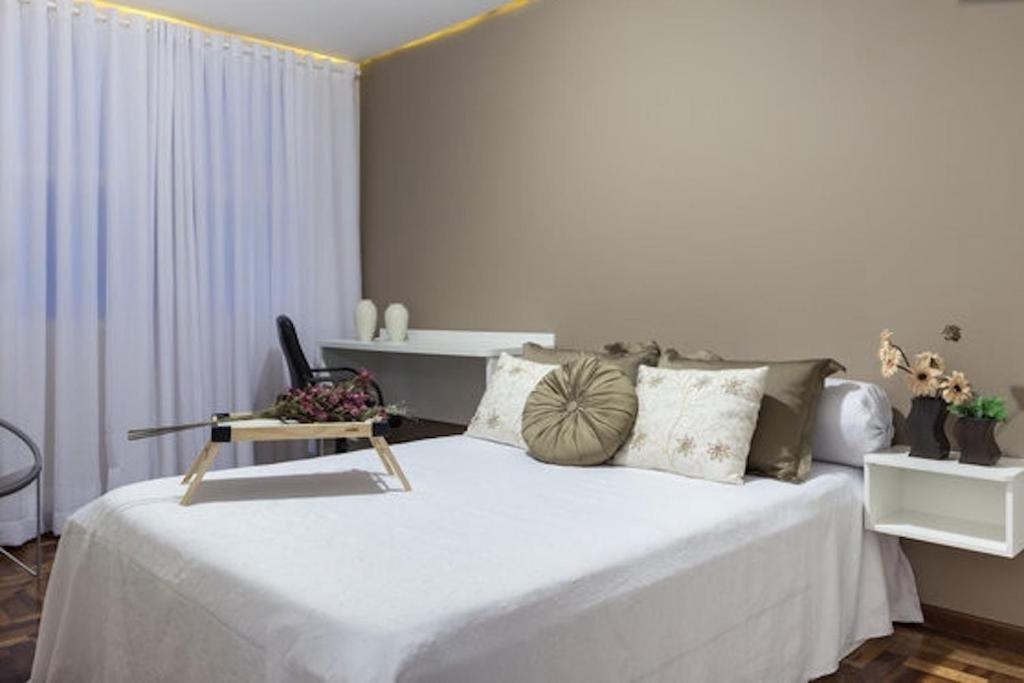 A bed or beds in a room at Apto 2 Quartos Casal + Sofá Cama até 5 Pessoas - Avenida Carlos Gomes