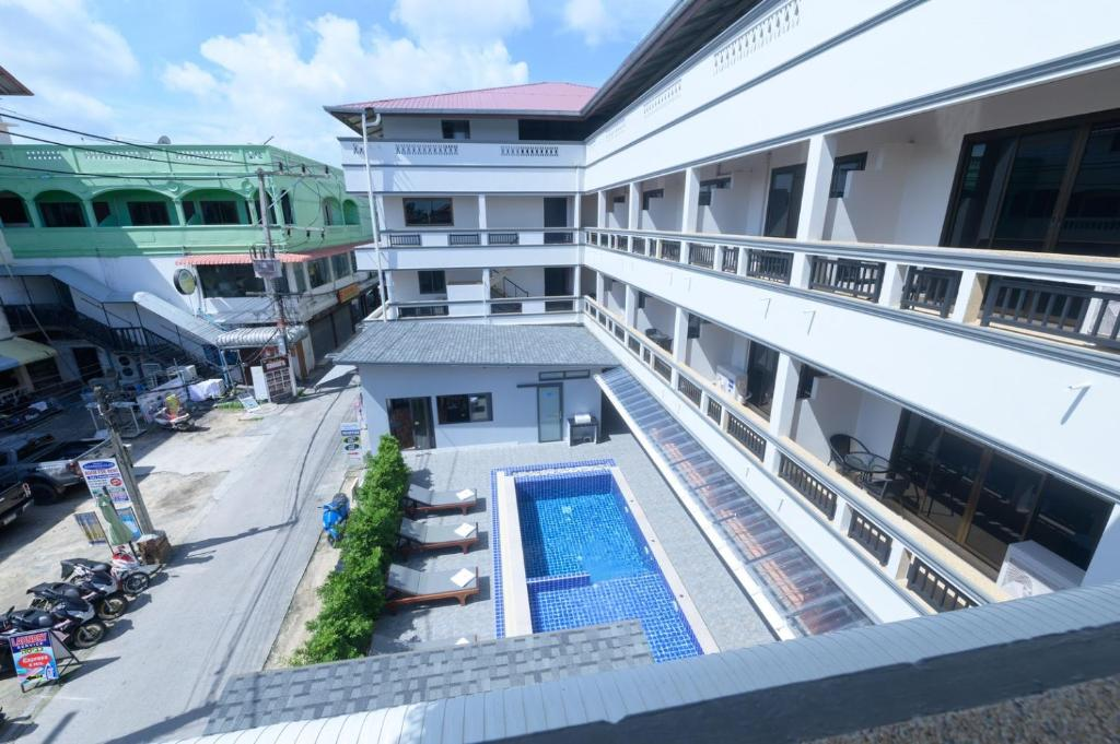 Ein Blick auf den Pool von der Unterkunft Coconut Grove Hotel oder aus der Nähe
