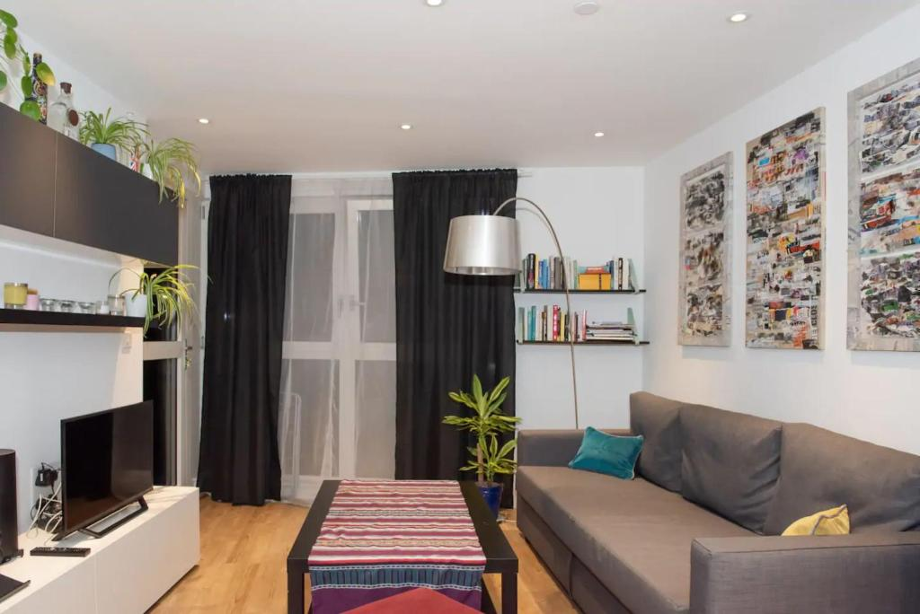A seating area at Spacious Modern 1 Bedroom Flat In Islington