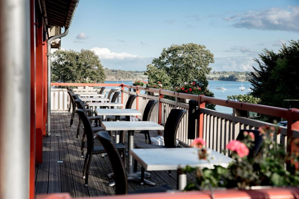 A restaurant or other place to eat at Kyriad Saint-Malo Dinard