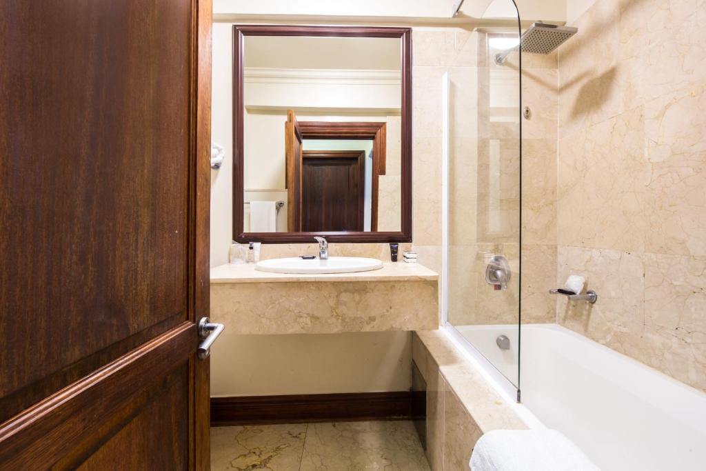 A bathroom at Belaire Suites Hotel
