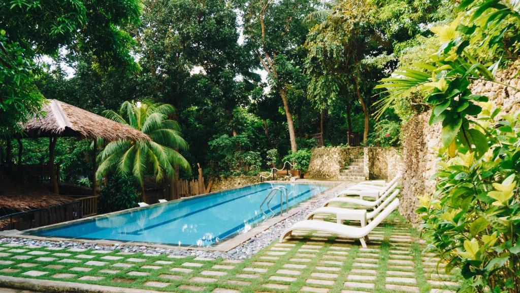 Der Swimmingpool an oder in der Nähe von The Strand Boracay