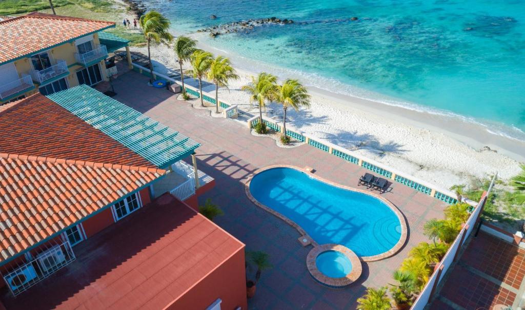 Uma vista da piscina em Arashi Beachfront Villa ou nos arredores
