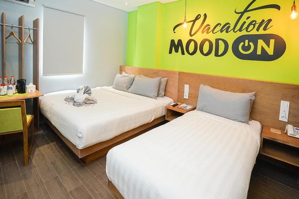 Tempat tidur dalam kamar di Radja Art and Boutique Hotel Simpang Lima