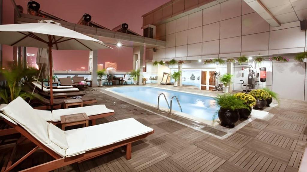 Het zwembad bij of vlak bij Golden Central Hotel Saigon