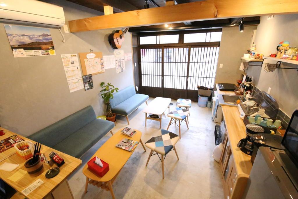 Un restaurante o sitio para comer en Kamiichinomachi backpackers