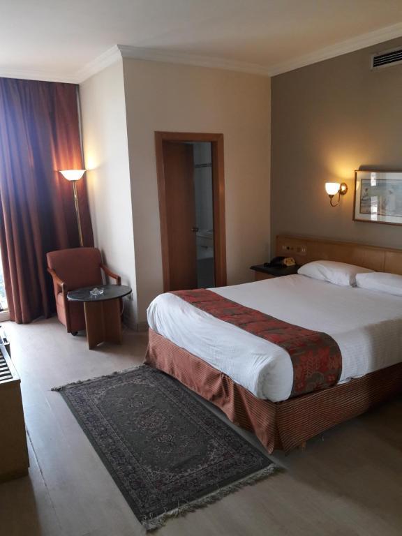 سرير أو أسرّة في غرفة في فندق المعادي