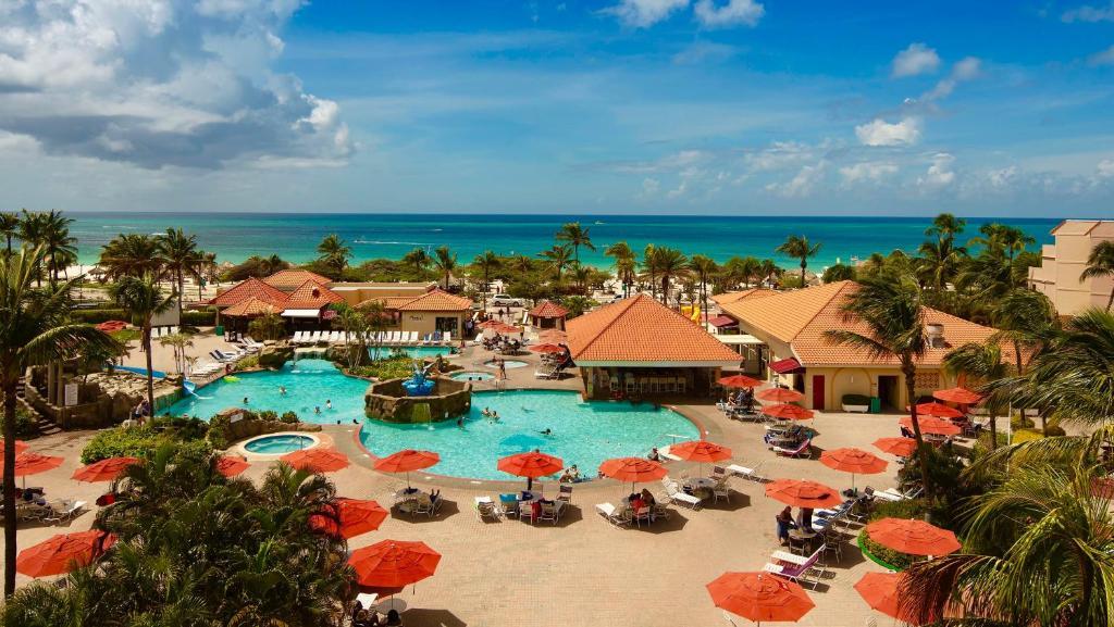 Uma vista da piscina em La Cabana Beach Resort & Casino ou nos arredores