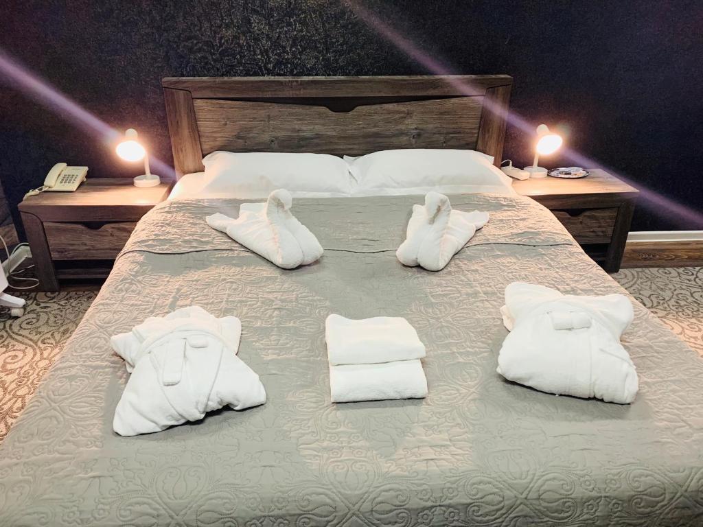 سرير أو أسرّة في غرفة في L.E.S. Hotel