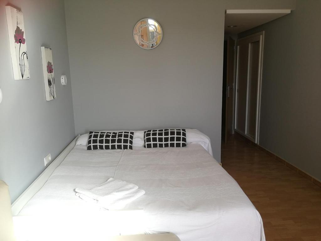 A bed or beds in a room at Benalmadena ,apartamento-Estudio primera Línea de Playa
