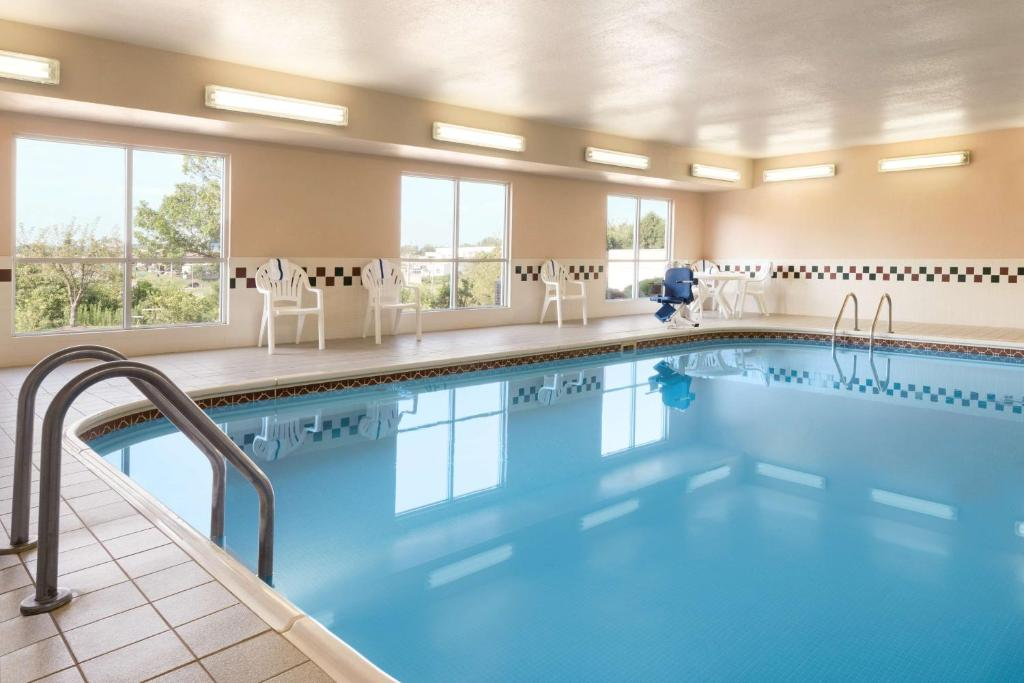 The swimming pool at or near Country Inn & Suites by Radisson, Davenport, IA