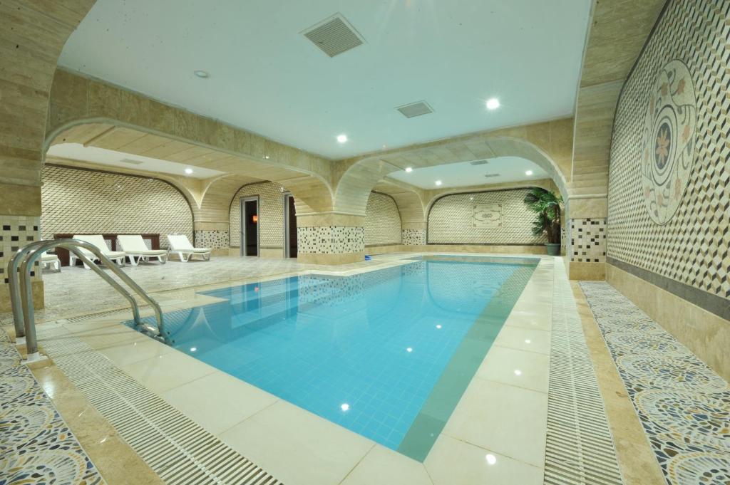 A piscina localizada em Tebriz Hotel Nakhchivan ou nos arredores