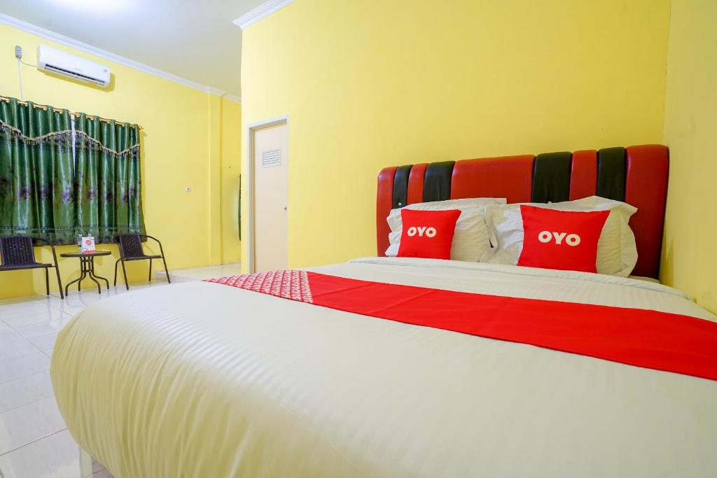 A bed or beds in a room at OYO 1991 Alam Lestari Residence