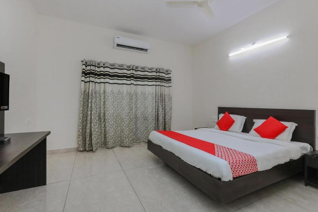 A bed or beds in a room at OYO 22211 Shree Ankanatheshwara Residency