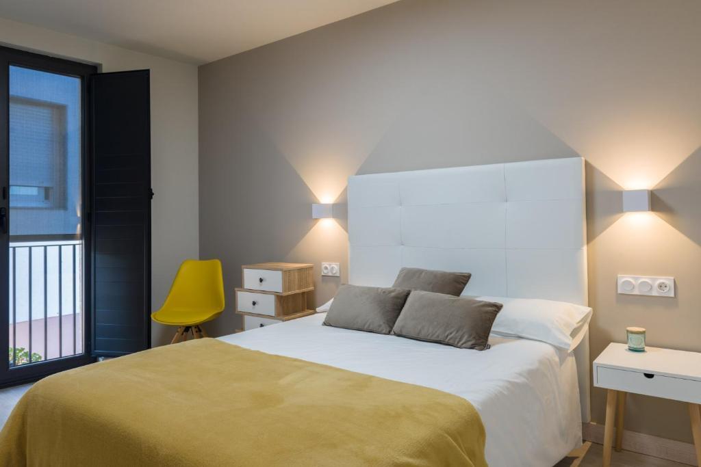 A bed or beds in a room at O balcón da ribeira