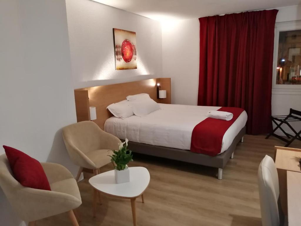 A bed or beds in a room at Hotel AUSTRIA Saint Etienne La Terrasse