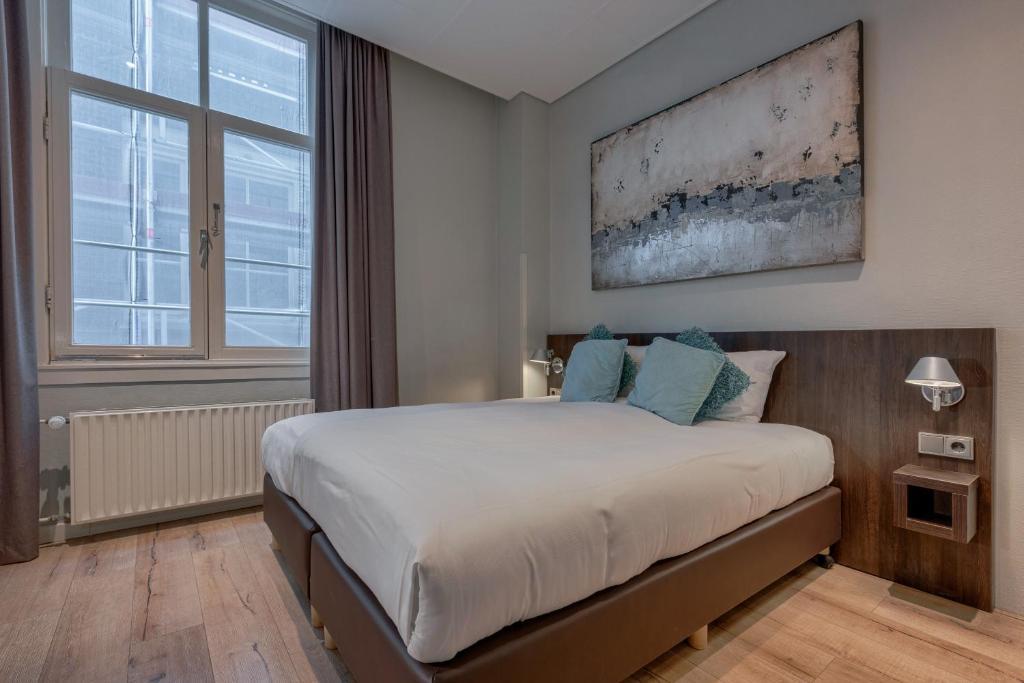 A bed or beds in a room at Hotel De Gerstekorrel