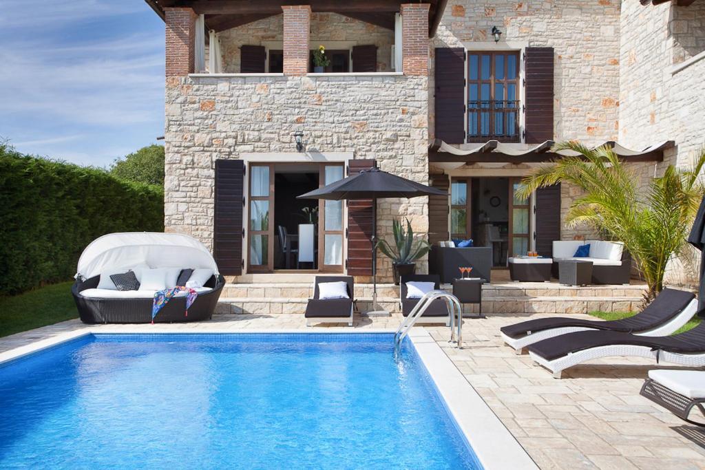 Filipini Villa Sleeps 9 with Pool Air Con and WiFi