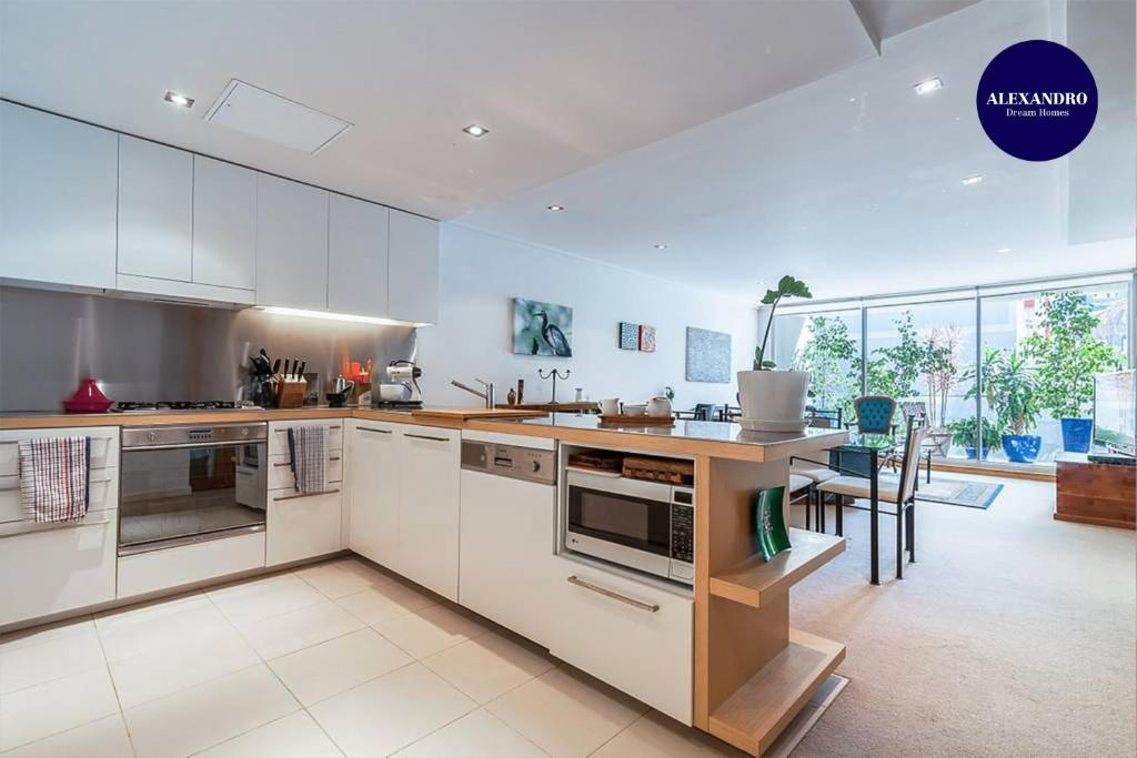 A kitchen or kitchenette at Relaxed Apartment In Camperdown