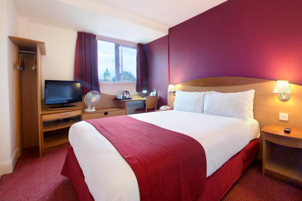 Łóżko lub łóżka w pokoju w obiekcie Waterloo Hub Hotel and Suites