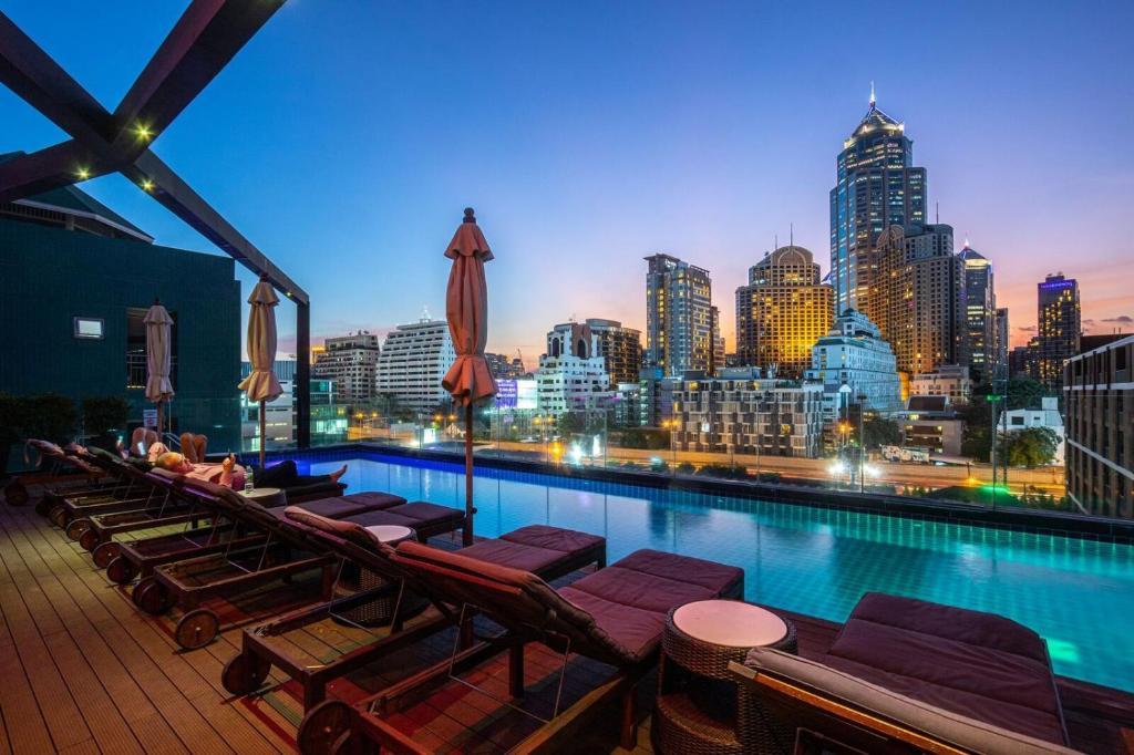 Бассейн в Hotel Icon Bangkok Sukhumvit или поблизости