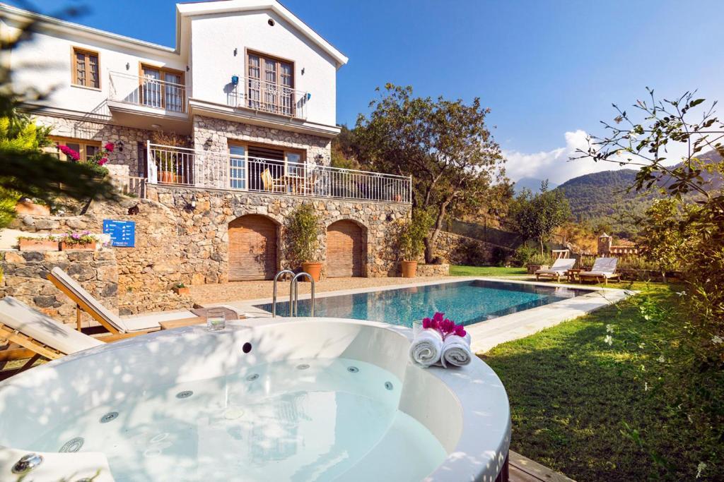 Keciler Villa Sleeps 6 with Pool Air Con and WiFi
