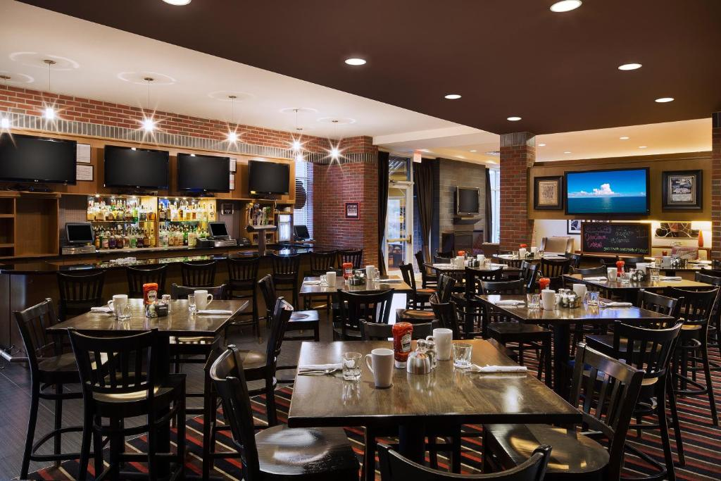 A restaurant or other place to eat at DoubleTree by Hilton Chicago Midway Airport, IL