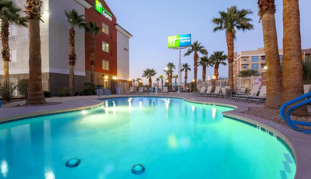 The swimming pool at or close to Holiday Inn Express Las Vegas South, an IHG hotel