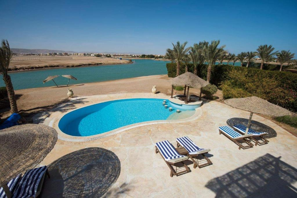 A view of the pool at Rent Villa in El Gouna or nearby