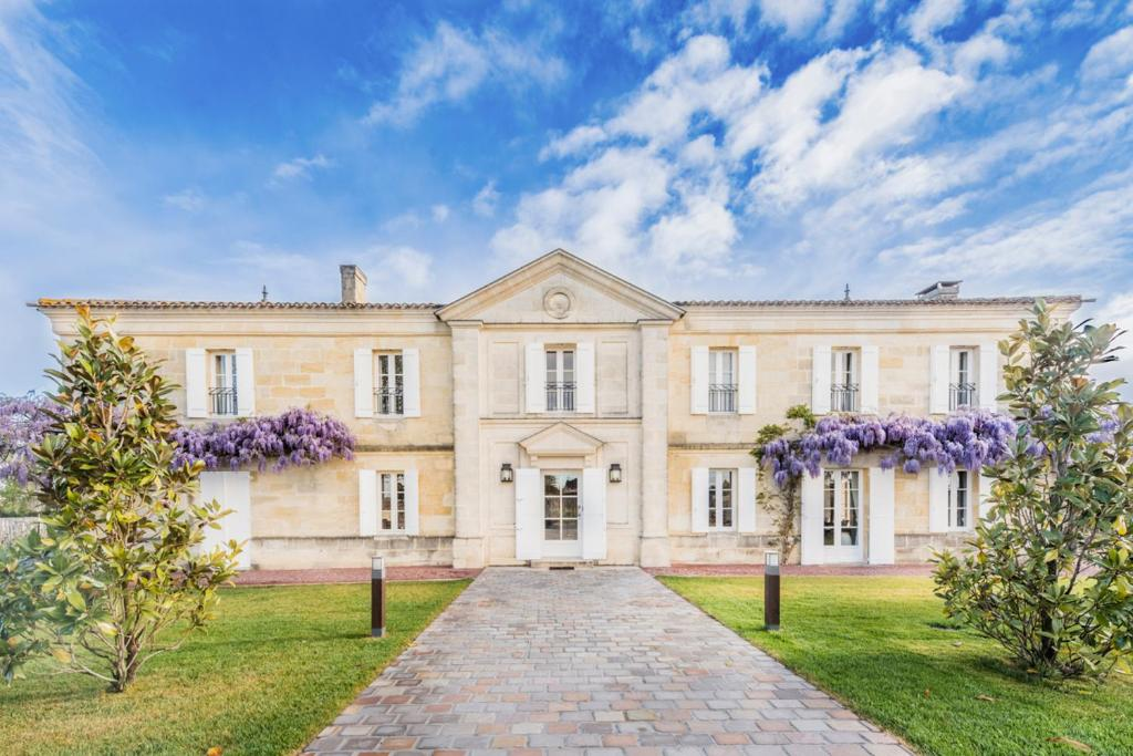 Neac Chateau Sleeps 10 with Pool Air Con and WiFi