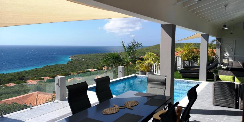 Uma vista da piscina em Great View Villa Galant Curaçao ou nos arredores